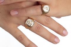 Mani-Federica-con-2-anelli-con-sigillo-minignolo-particolare