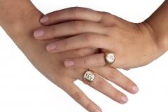 Mani-Federica-con-2-anelli-con-sigillo-minignolo