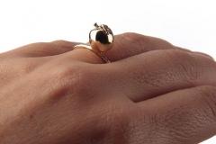 Mano-Federica-anello-Mela-particolare